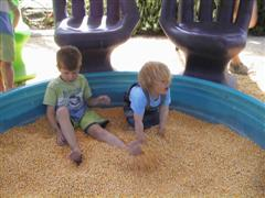 Ruben and Pernille play i corn kernels